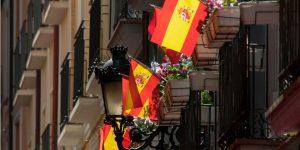 Controversia por banderas colgadas en balcones